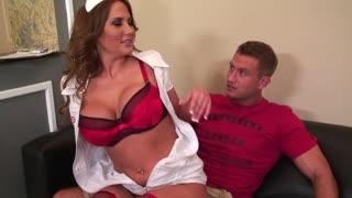Enfermeira safada cai na foda nesse vídeo de sexo.